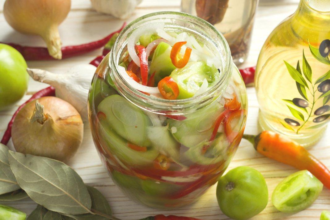 Маринуют помидоры как целыми, так и кусочками, а мы предлагаем приготовить консервированный салат из зеленых помидоров с морковью, луком, чесноком и специями.