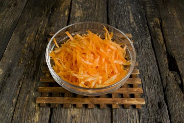 Чистим и натираем морковь