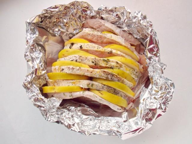 Форму с мясом в фольге, не закрывая, ставим в разогретую до 200ºС духовку на 10 минут