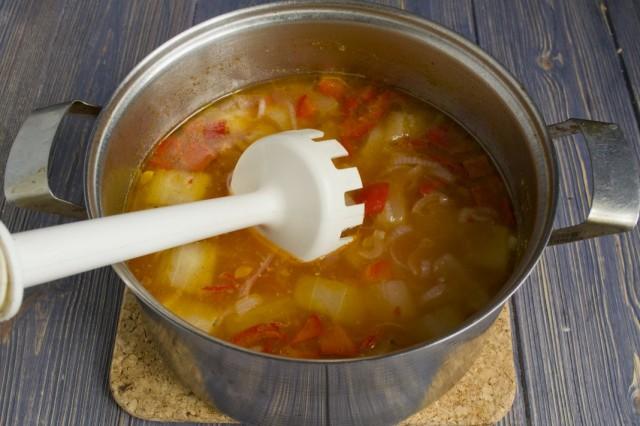 Варим овощи 30-40 минут, добавляем приправы. После готовности измельчаем суп блендером