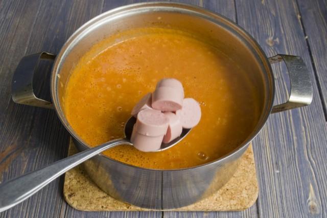 Отвариваем нарезанные сосиски в супе-пюре