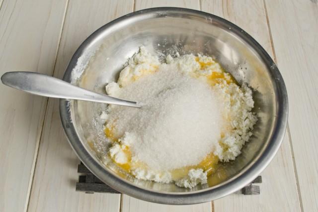 Добавляем сахарный песок и щепотку мелкой соли