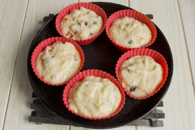 Выкладываем тесто для маффинов в форму для запекания и ставим в духовку