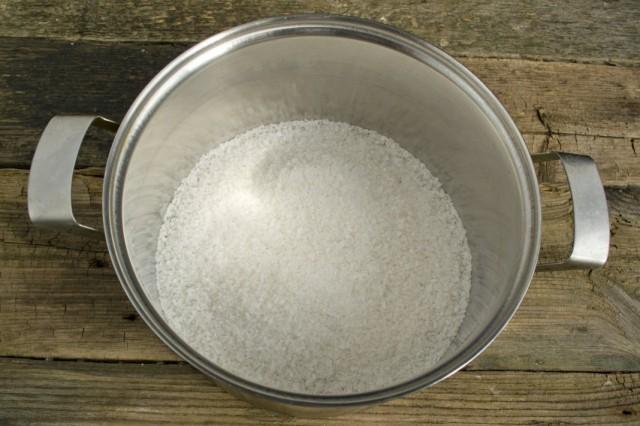 В кастрюлю насыпаем соль