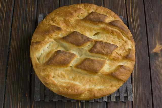 Вынимаем домашний дрожжевой хлеб из формы и даем остыть