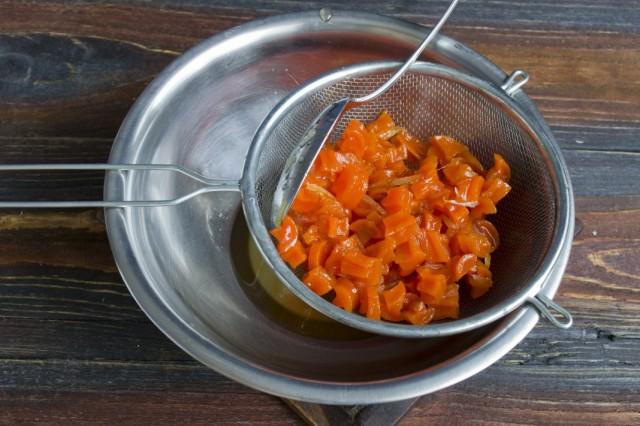 Процеживаем через сито морковное варенье