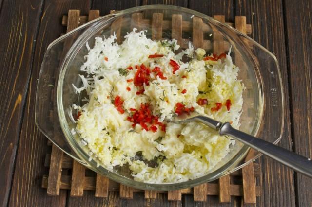 Делаем топинг для котлет из варёного яйца, острого перца, чеснока и специй