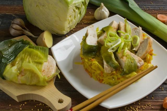 Куриное филе на пару с гарниром из тушёной капусты