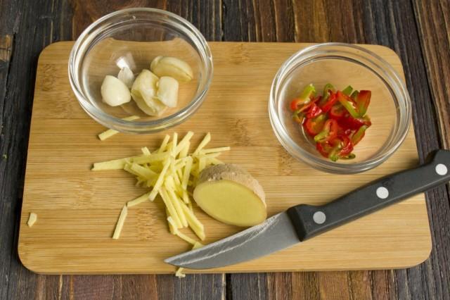 В разогретом масле обжариваем имбирь, острый перец и чеснок