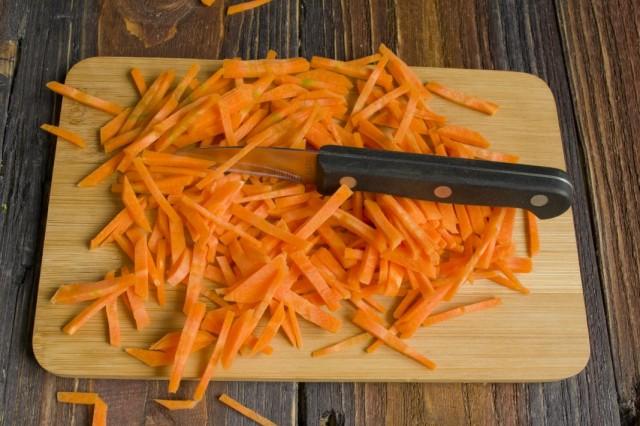 Добавляем тонко нарезанную морковь
