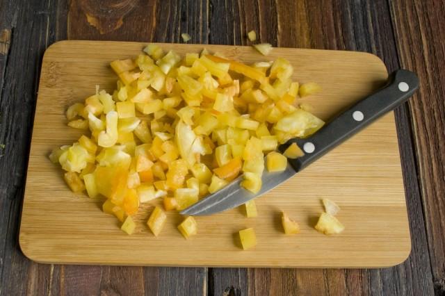 Добавляем нарезанный кубиками сладкий болгарский перец