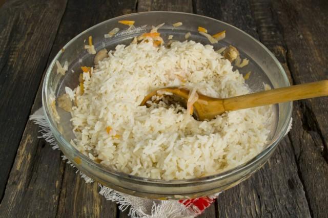 Добавляем холодный отваренный рис