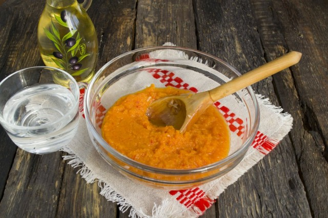 Готовим соус, в котором будет тушиться блюдо