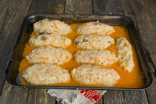 В форму для запекания, выливаем соус и выкладываем сформированные голубцы