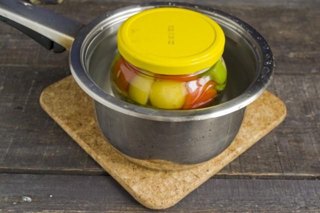 Стерилизуем банки с овощным ассорти 15 минут