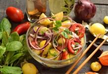Овощной салат из физалиса с помидорами и шпинатом
