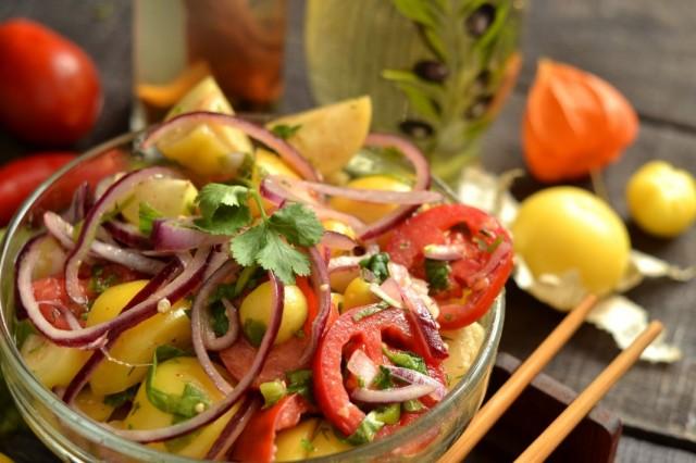 Салат из физалиса с помидорами и шпинатом