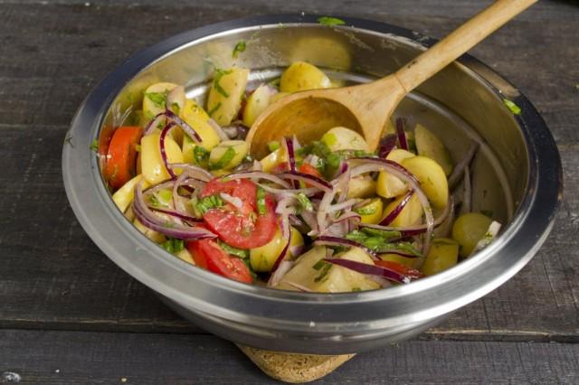 Добавляем заправку к нарезанным овощам и перемешиваем