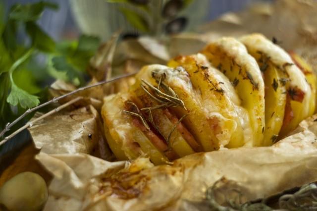 Печёная картошка-гармошка с ветчиной