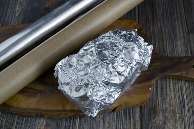 Заворачиваем картошку в пергаменте в двойной слой фольги и ставим запекаться в духовку