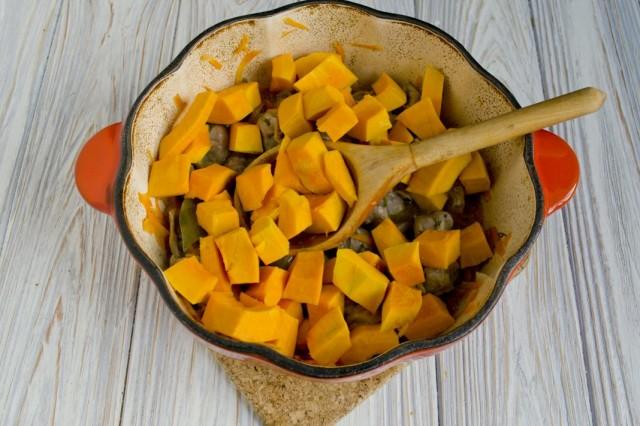 Нарезаем мякоть тыквы и добавляем её в жаровню. Солим и тушим 25-30 минут