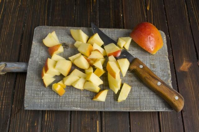 Удаляем сердцевину яблока и нарезаем его на одинаковые с тыквой кусочки