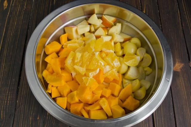 В сотейник с холодной водой выкладываем нарезанные овощи и фрукты