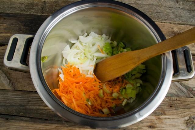 Нарезаем репчатый лук, и сельдерей. Натираем морковь