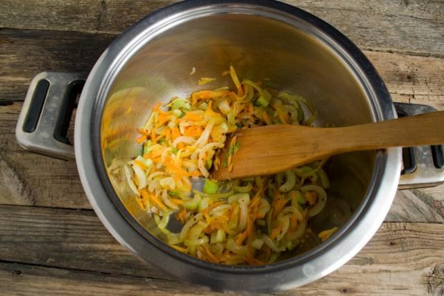 Пассеруем в кастрюле репчатый лук, морковь и сельдерей