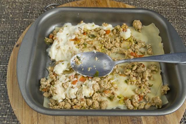 Чередуем слои лазаньи – фарш, соус, тёртый сыр, тесто
