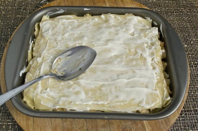 Верхний слой теста смазываем соусом и поливаем маслом