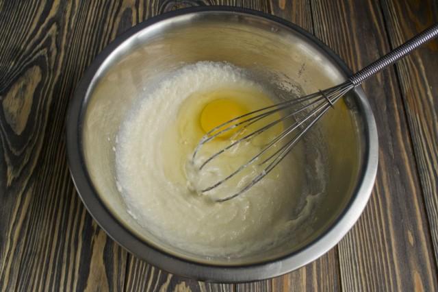 Растираем смесь, добавляем куриные яйца