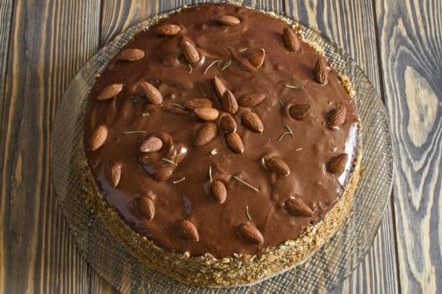 Украшаем торт орехами и бисквитной крошкой