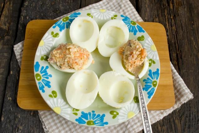 Наполняем начинкой из сельди, моркови и плавленного сыра половинки белков отваренных яиц
