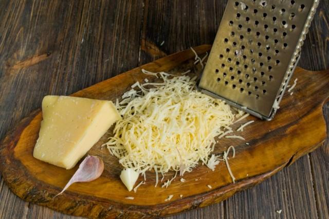Смешиваем натёртый сыр и чеснок