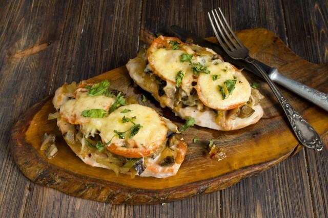 Отбивные из куриной грудки «по-французски» с грибами, помидорами и сыром