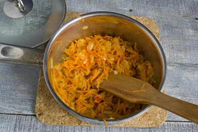 Добавляем в обжарку натёртую морковь
