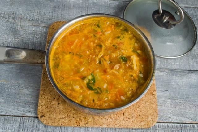 Заливаем холодной водой, доводим суп до кипения. Варим 25 минут на маленьком огне