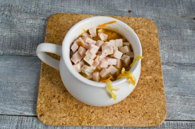 Наливаем суп в тарелки, добавляем нарезанную ветчину. Приправляем сметаной и перцем