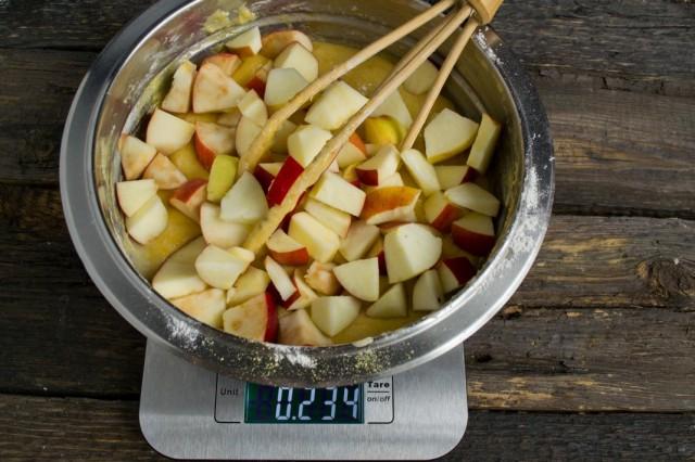 Добавляем нарезанные яблоки