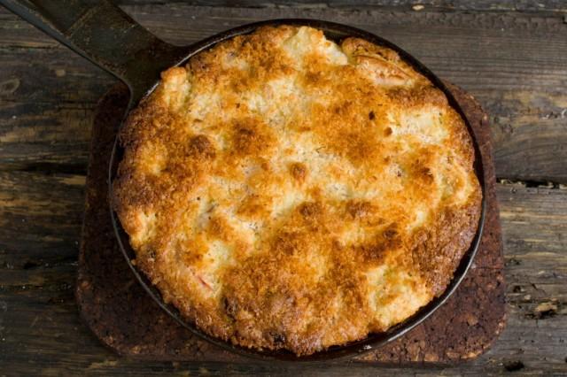 Запекаем пирог с яблоками и кокосом в духовке 25 минут с фольгой, и 15 минут без неё