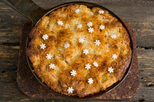 Остывший пирог с яблоками и кокосом украшаем кондитерской посыпкой