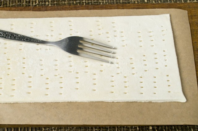 Накалываем вилкой слоёное тесто с двух сторон