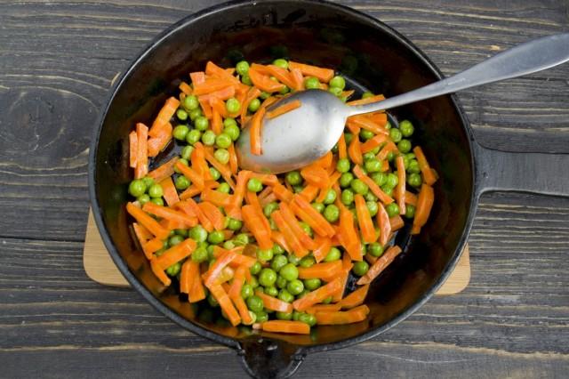 Обжариваем нарезанную морковь и бланшируем зелёный горошек