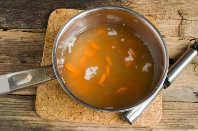Нарезаем морковь и отвариваем в процеженном бульоне. Затем, вынув морковь, разводим в бульоне желатин