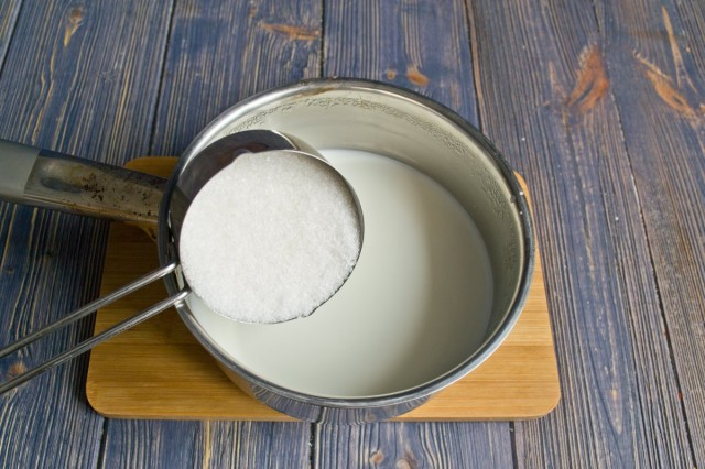 Нагреваем молоко с солью и сахаром