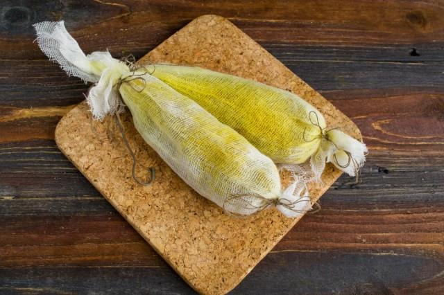 Укутываем кусочки филе в марлевые мешочки. Подвешиваем в тёплом месте