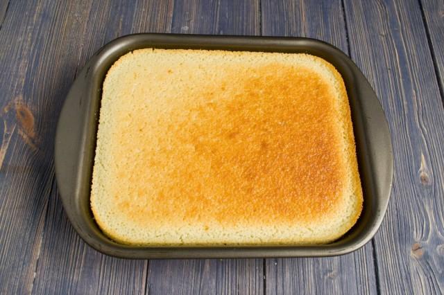 Перекладываем тесто в форму для запекания и ставим готовится в духовку
