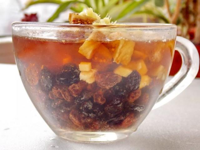 Завариваем имбирь и сухофрукты в свежем чае