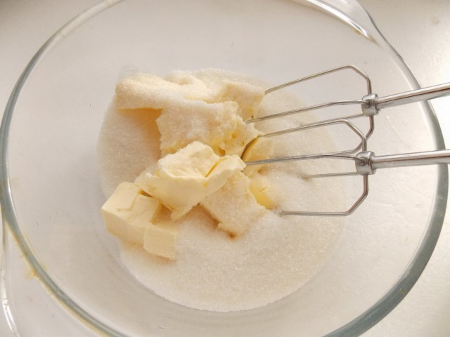 Взбиваем мягкое сливочное масло с сахаром